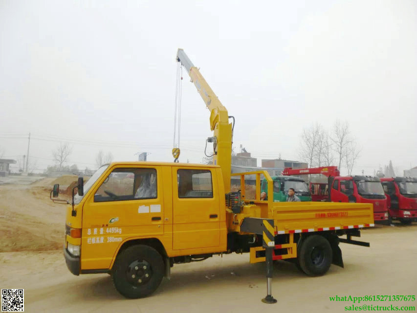 3.2T JMC Double Cab Small Truck with XCMG 2T Crane